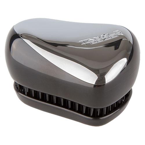 Расческа для волос `TANGLE TEEZER` COMPACT STYLER Xmas Silver ChromeЩетки массажные<br>Знаменитая расческа обрела еще более компактную форму, привлекательную для любителей активного образа жизни. Tangle Teezer Compact Styler идеально подходит для путешествий, занимает минимум места в сумочке, а для дополнительного удобства снабжена специальным футляром, защищающим щетинки от повреждений и загрязнений. <br>Оригинальный и эргономичный дизайн, приятная, гладкая поверхность корпуса, множество жизнерадостных расцветок, в которых представлена расческа делают ее невероятно привлекательным аксессуаром, способным превратить рутинное расчесывание и приятную процедуру. <br>Расческа выполнена из пластика, обладающего антистатическими свойствами, а гибкие силиконовые зубцы расчески имеют скругленные кончики и расположены особым образом на двух уровнях, что позволяет обеспечивать бережное, но эффективное расчесывание без травмирования волос и кожи головы. Расческа деликатно разделяет волоски, разглаживая и приводя в порядок даже непослушные и сильно спутанные волосы, включая наращённые пряди, а также бережно расчесывает особо уязвимые мокрые волосы, не вырывая и не повреждая их.<br>Расческа Tangle Teezer Compact Styler Silver Chrome выполнена в серебряном цвете.<br>