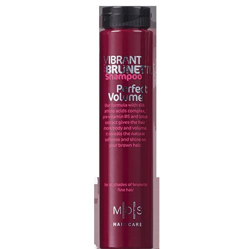 Шампунь для волос `MADES` `VIBRANT BRUNETTE` PERFECT VOLUME Яркий брюнет 250 млШампуни <br>Для объема темных волос – натуральных или окрашенных<br>Невесомая моющая формула шампуня с комплексом аминокислот шелка, провитамином B5 и экстрактом лотоса помогает придать волосам заметный объем и сияние! Ваши волосы вновь мягкие и послушные, сияют здоровьем, а их цвет подчеркнут.<br>