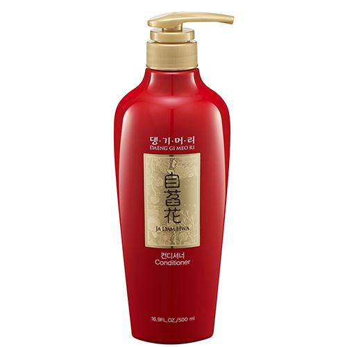 Кондиционер для волос DAENG GI MEO RI JA DAM HWA для всех типов волос 500 млБальзамы и ополаскиватели<br>Кондиционер содержит ферментированные экстракты традиционных корейских лекарственных растений - женьшеня, черной малины, граната, жимолости японской. Женьшень тонизирует волосы, защищает их от повреждений; экстракт корейской черной малины содержит витамины группы В, аскорбиновую кислоту, каротин и большое количество антоцианов. Гидролизованный кератин, экстракт шелкового кокона и протеины шелка восстанавливают поврежденную структуру волос. Кондиционер придает волосам гладкость, жизненную силу и красивый блеск.<br>